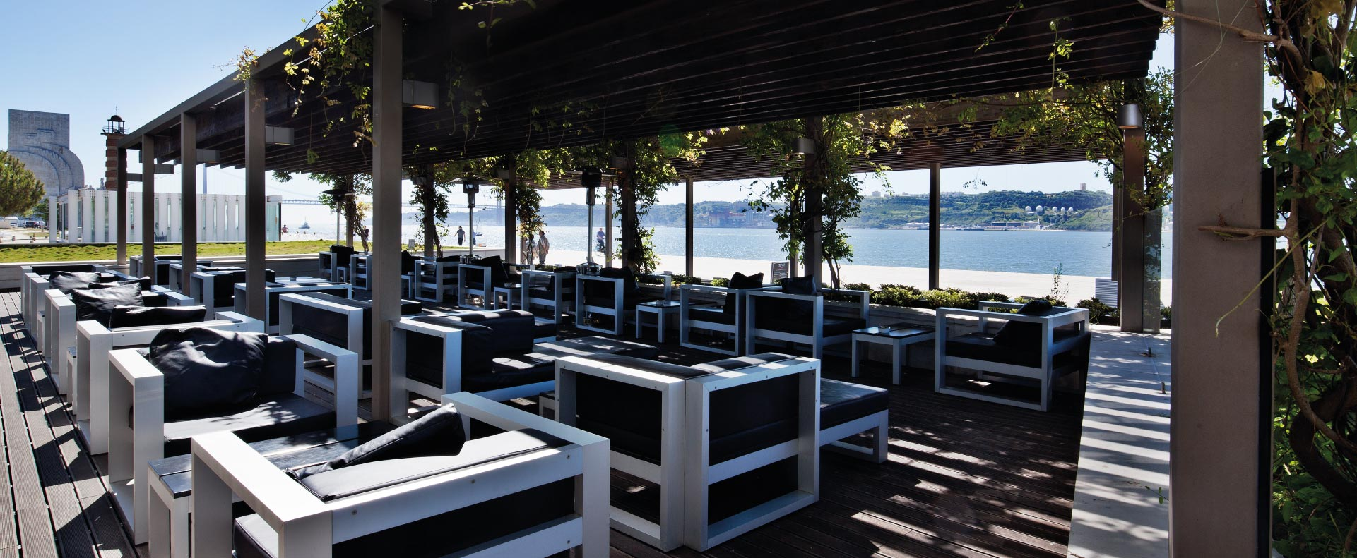3841-bar-overlooking-tagus-river
